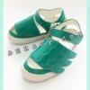 รองเท้าหนังหุ้มส้นลายปีกสีเขียว