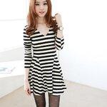 เสื้อผ้าแฟชั่นสไตส์เกาหลี เดรสสั้นลายขวางม้าลาย แขนยาว เว้าไหล่น่ารักคร่ะ  สีดำขาว +พร้อมส่ง+