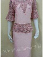 ชุดผ้าไหมญี่ปุ่น แต่งด้วยลูกไม้นอกสอดดิ้น แขน 3ส่วน เสื้อ+กระโปรงยาว สีชมพูโอรส เบอร์ 40