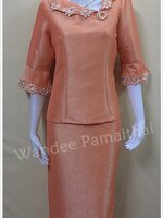 ชุดผ้าไหมญี่ปุ่นสำเร็จรูป แต่งลูกไม้นอกแขนสามส่วน พร้อมเข็มกลัด เสื้อ+กระโปรงยาว สีส้ม เบอร์ M