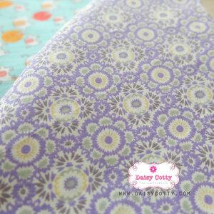 ผ้าคอตตอนไทย 100% 1/4ม.(50x55ซม.) ]ายดอกไม้แฉกโทนสีม่วง